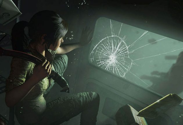 Лара Крофт смотрит через разбитое стекло